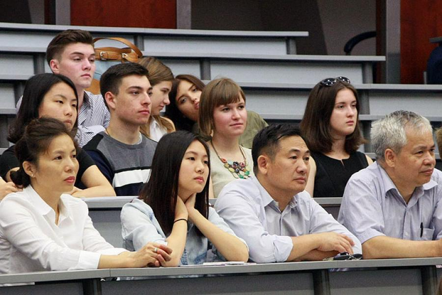 Foreign students participate in integration meeting